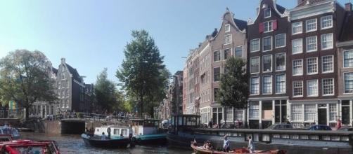 Turisti tra i canali di Amsterdam.