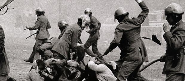 Policía Armada cargando contra manifestantes en los albores de la Democracia