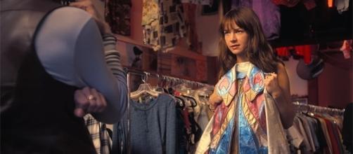 "Britt Robertson plays Sophia Amoruso in ""Girlboss."" [Image via YouTube/Netflix]"