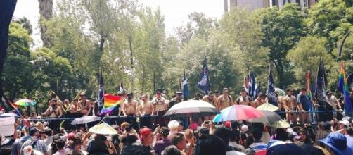 Miembros de Comunidad LGBT sobre camión con patrocinio refresquero.