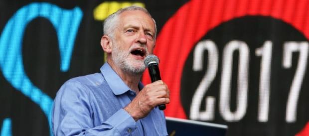 El líder del partido laborista se dirigió al público de Glastonbury el sábado 24 de junio en horas de la tarde.