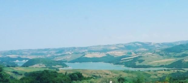 Il lago di Guardialfiera immerso nel verde.
