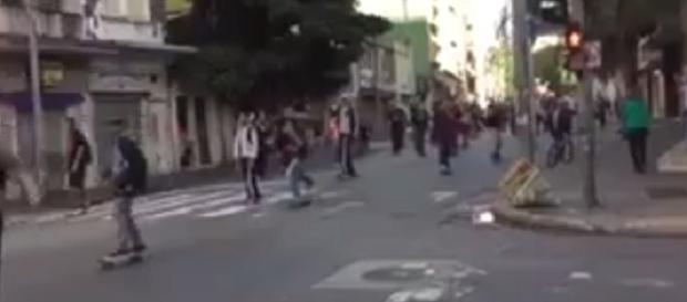 Incidente aconteceu na rua Augusta, durante evento Skate Day (foto: Reprodução / YouTube)