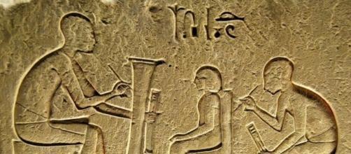 En Egipto, el dios Tot es creador de lenguas y la escritura siendo el escriba de los dioses