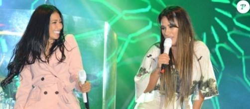 Simone e Simaria se divertem no palco durante apresentação (Foto: Reprodução)