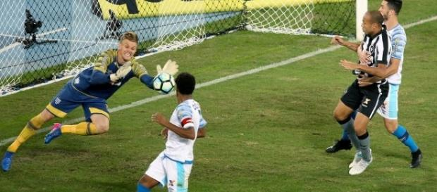 Douglas faz milagres na defesa do Avaí. ( Foto: Reprodução)