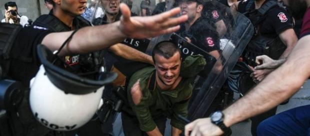Gays desafiam proibição à parada na Turquia   Internacional