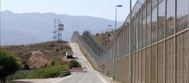 La Spagna l'altezza del muro al confine con il Marocco