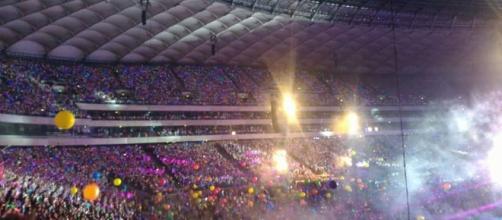 Concerto Coldplay Varsavia, palloncini, coriandoli e rondini per i fans