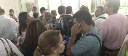 Demora en aeropuerto, gente desesperada porque su vuelo está retrasado.