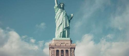 Estátua da Liberdade de braços abertos para o terceiro setor