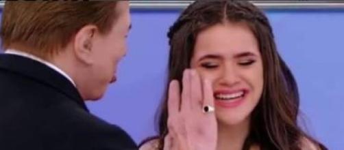 Maísa não suporta as brincadeiras de Silvio e Dudu Camargo e deixa gravações chorando