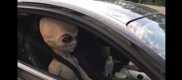 Alien de brinquedo, do tamanho de uma pessoa, foi visto pela polícia (The Atlanta Journal-Constitution)