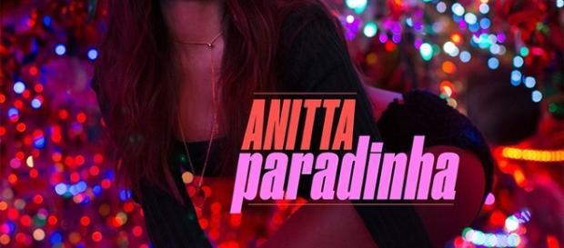 """Anitta em seu videoclipe """"Aparadinha"""" (Foto: Reprodução)"""