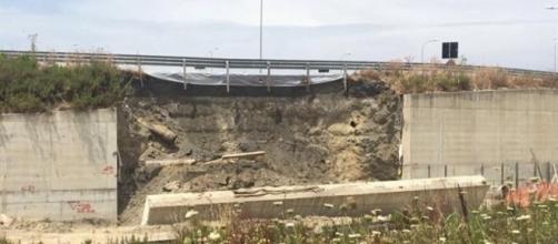 Il muro di contenimento crollato su uno dei nuovi tratti della Statale 106