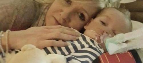 Il piccolo Charlie con la mamma