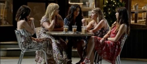 Qui le ragazze nella scena iniziale della puntata 7x20