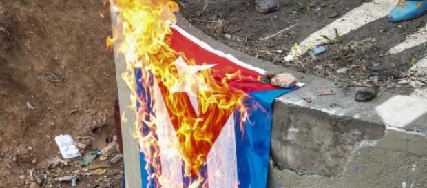 Bandera cubana arde en las protestas de Venezuela