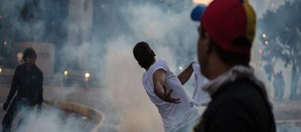 Helicóptero lança granadas sobre o prédio do Supremo, e Maduro fala em 'atentado terrorista'.