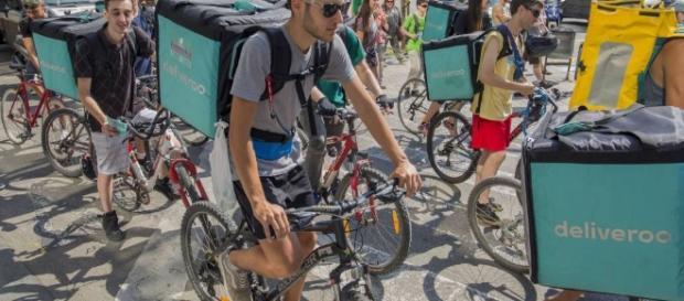 """Los ciclistas que trabajan para Deliveroo: """"Si no cobramos, no ... - elpais.com"""