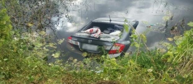 Veículo quase foi totalmente dragado pelo açude, mas motorista conseguiu escapar - foto: Reprodução / CG na Mídia