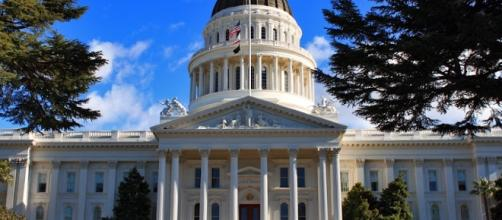 Calfornia state capitol building (wikimedia Christopher Padalinski)