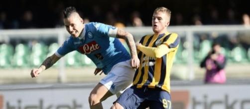 Luca Checchin contrasta Hamsik: il giovane centrocampista del Verona potrebbe arrivare in prestito al Trapani