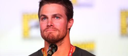 Stephen Amell speaking at the 2012 SDCC - https://commons.wikimedia.org/wiki/File:Stephen_Amell_(7594972910).jpg