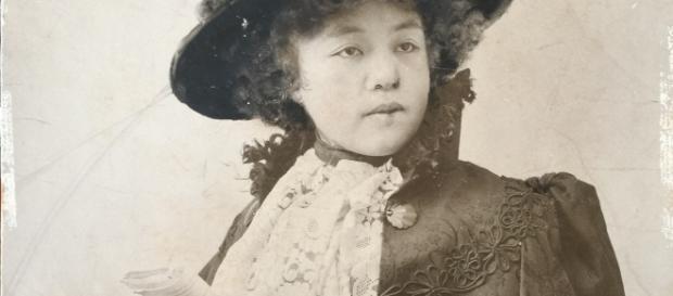 La pittrice O'Tama Ragusa in una sua opera