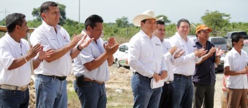 El ex gobernador Roberto Borge - en el centro - durante un acto