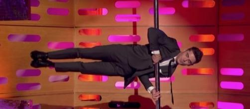 Watch Zac Efron hit the pole for Tom Cruise dance-off - digitalspy.com