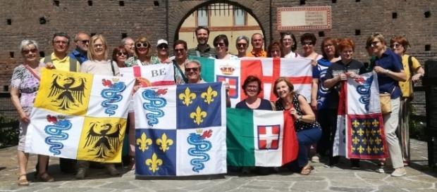 I partecipanti alla passeggiata storica dal Castello Sforzesco all'Arco della Pace.