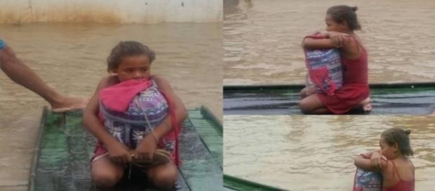 Menina resgatando os livros da enchente