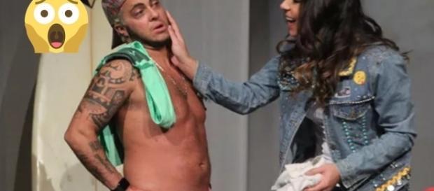 Thammy Miranda tira a cueca em peça