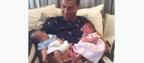Após ser dispensado por Portugal, Cristiano Ronaldo posa com filhos