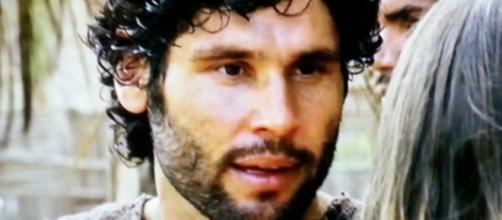 Asher jura se vingar de Nebuzaradã na novela (Foto: Reprodução/Record TV)