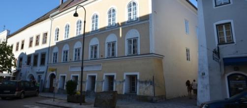 Birth house Adolf Hitler - Braunau am Inn by author Pavel Špindler via Wikimedia Commons