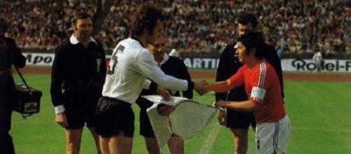 Franz Beckenbauer e Francisco Valdes si stringono la mano prima di Germania-Cile, Mondiali 1974