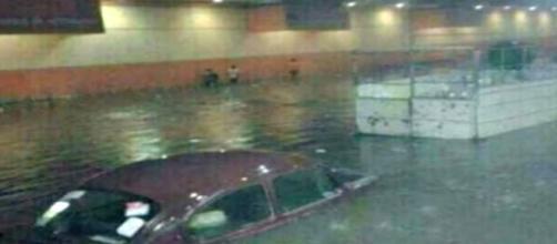 Un auto es inundado por la lluvia de la CDMX