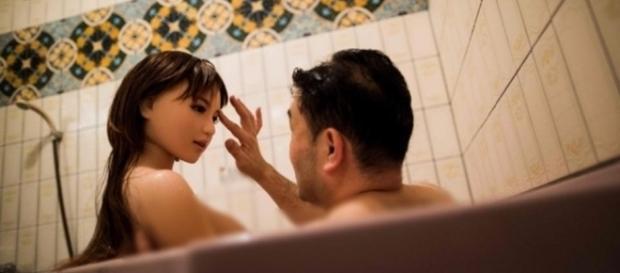 O fisioterapeuta Masayuki Ozaki e a boneca Mayu