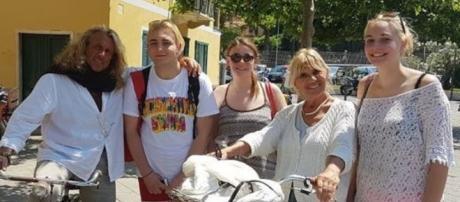 Marco Firpo e Gemma Galgani, scatto in bici con alcuni ammiratori