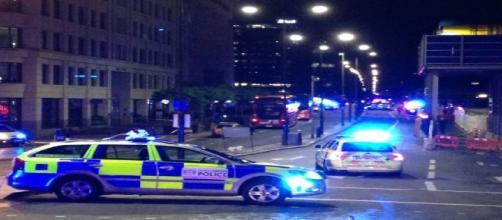 La nuit du 3 au 4 juin, les policiers britanniques bloquent l'accès au London Bridge après un attentat