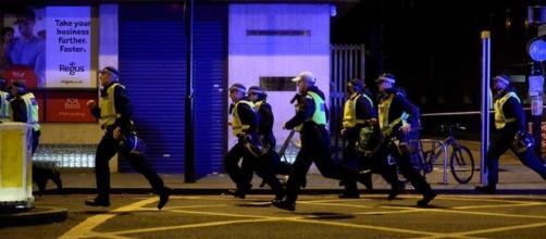 La polizia britannica sul luogo dell'attentato che ha provocato la morte di 7 persone