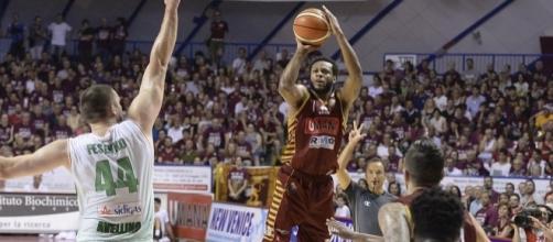 MarQuez Haynes da oltre l'arco (credit www.legabasket.it)