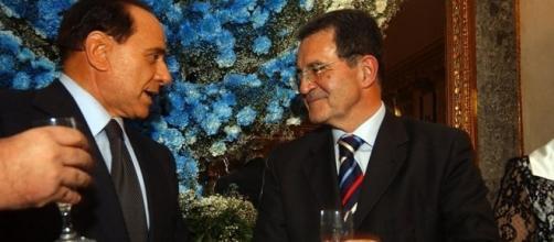 L'ex leader dell'Ulivo Romano Prodi mentre brinda con Berlusconi (foto di repertorio)