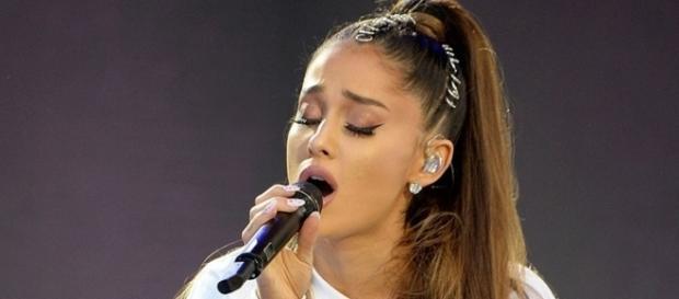 Ariana durante show beneficente em Manchester (foto: Getty)