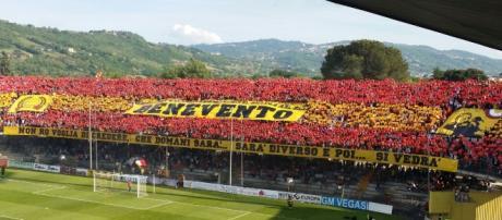 In foto una delle coreografie inscenate dai supporters del Benevento