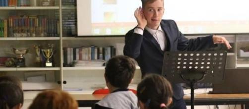 Achille Missiroli, 18enne con autismo, insegna inglese ai bambini delle elementari