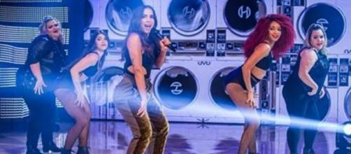 Anitta com suas dançarinas e as plus size em show