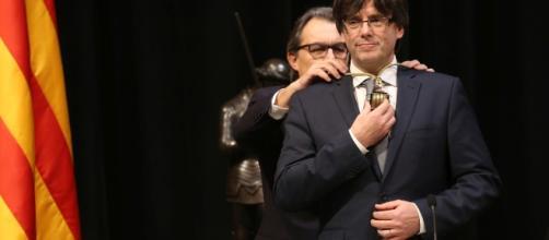 Artur Mas impone la medalla de Presidente a Carles Puigdemont, el 12 de enero de 2016. Fuente: Generalitat de Catalunya